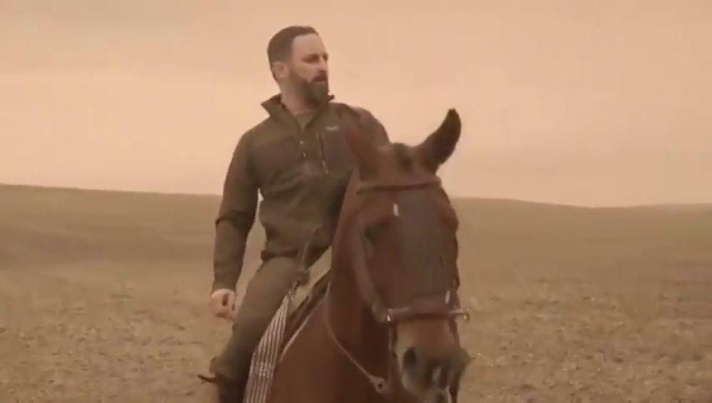 """Vox viste a Santiago Abascal de Aragorn en un vídeo en el que llama a la """"reconquista de España"""" desde Andalucía"""