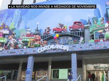 Luces en las calles, colas en Doña Manolita, restaurantes llenos de reservas: la Navidad llega a Madrid