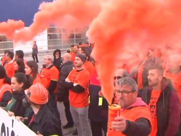 Centenares de trabajadores de Alcoa se manifiestan