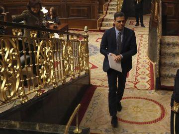 El presidente del Gobierno, Pedro Sánchez, abandona el hemicíclo