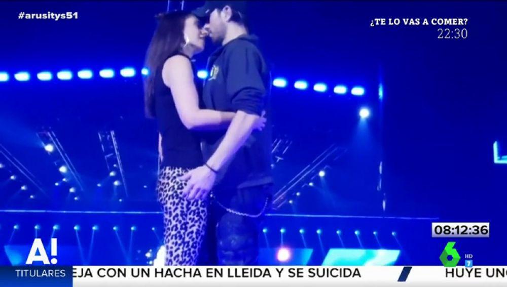 Besando y tocando el culo a una fan: la nueva polémica de Enrique Iglesias en un concierto