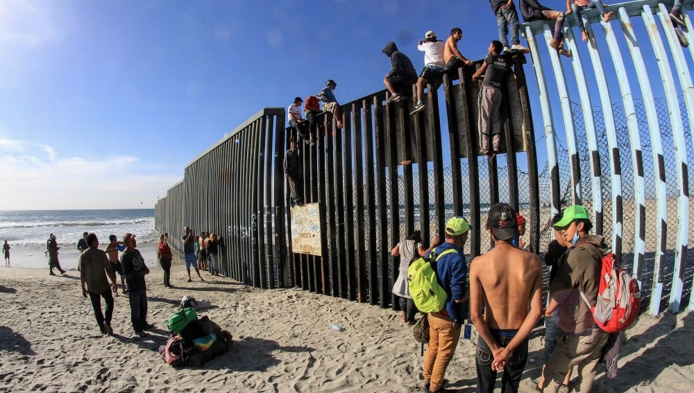 Decenas de migrantes centroamericanos alcanzan la frontera con Estados Unidos