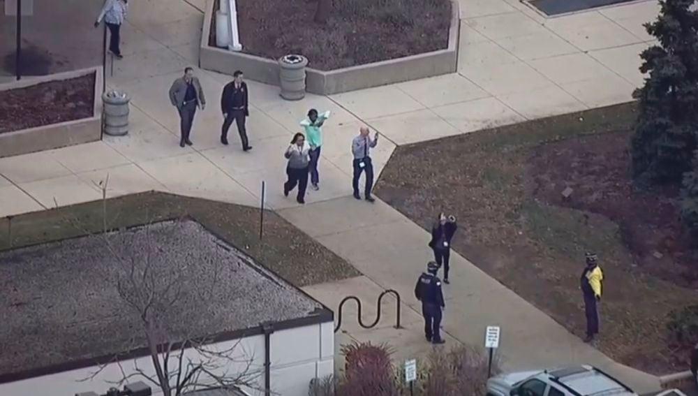 Las autoridades han evacuado al personal del hospital tras el tiroteo