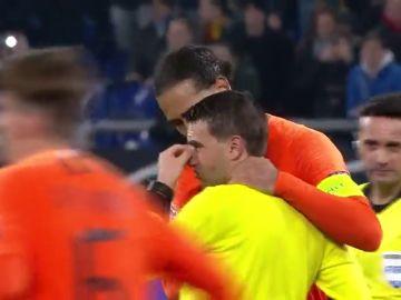 El árbitro del Alemania - Holanda se enteró de la muerte de su madre en el descanso del partido