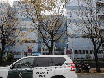 Un agente de la Guardia Civil en la puerta de la sede de Ayesa Ingeniería