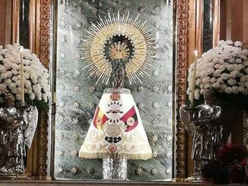Un manto falangista sobre la virgen del Pilar