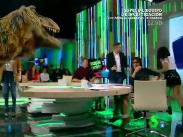 Zapeando sufre la invasión de un dinosaurio en pleno directo