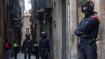Los Mossos d'Esquadra durante una operación en El Raval