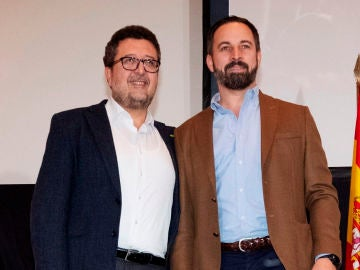 El presidente de Vox, Santiago Abascal, y el que fuera candidato a la presidencia de la Junta de Andalucía, Francisco Serrano