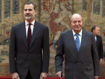 El rey Felipe VI con don Juan Carlos en un acto de la Constitución