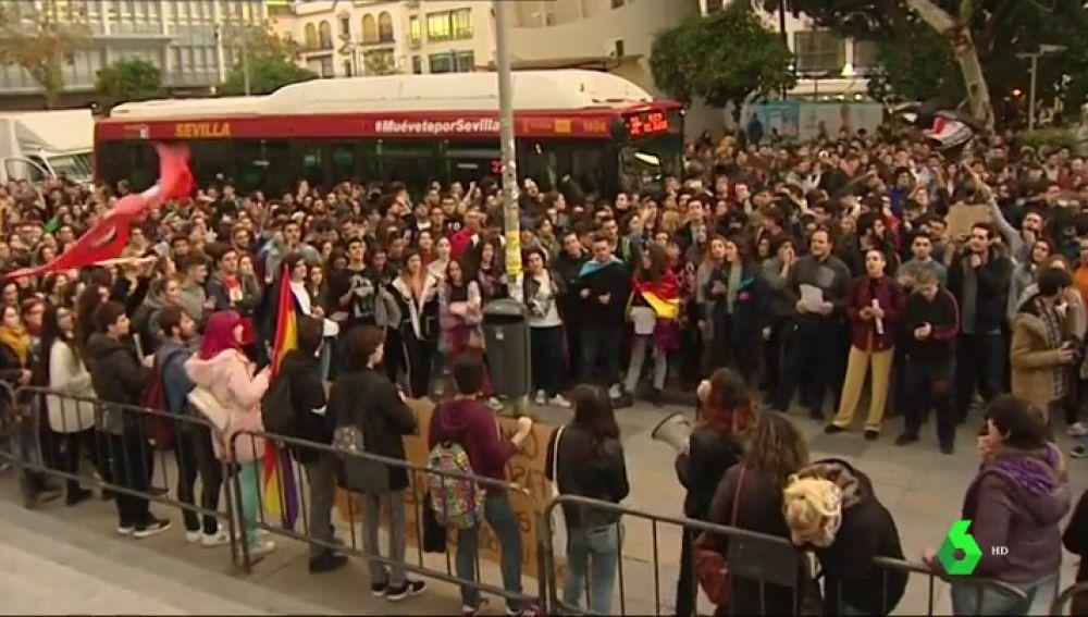 Cientos de personas protestan contra VOX en las calles de Sevilla bajo el lema 'Andalucía no es lugar para el fascismo'