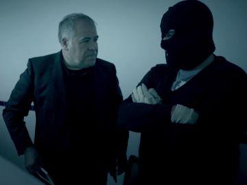 Antonio García Ferreras habla con un transportista de droga