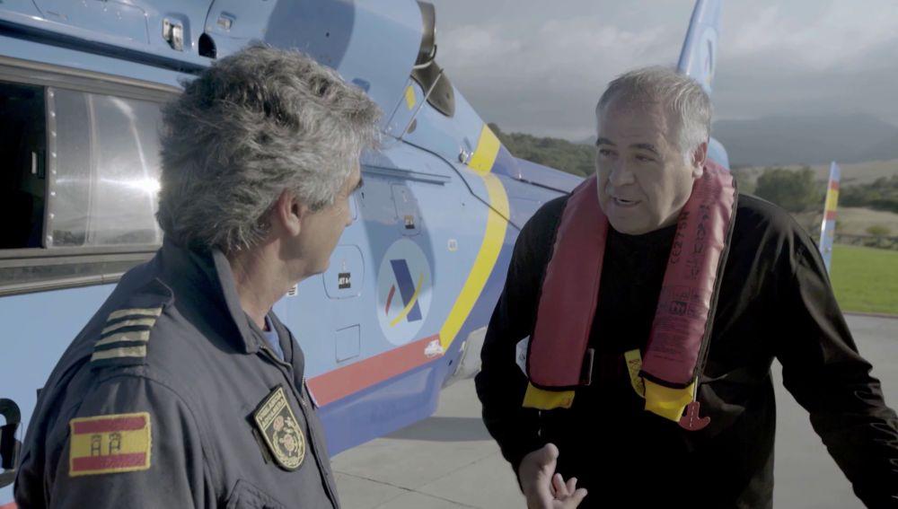 Antonio García Ferreras habla con un piloto aduanero