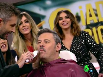 Frank Blanco afeite el bigote a Miki Nadal