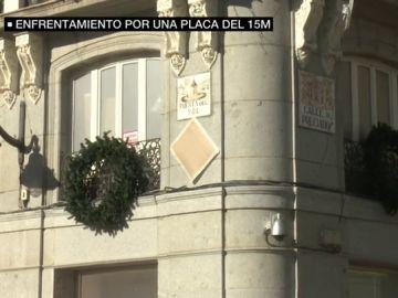 La Comunidad de Madrid le exige al Ayuntamiento que cumpla con la normativa y pida los permisos necesarios para colgar la placa en homenaje al 15M