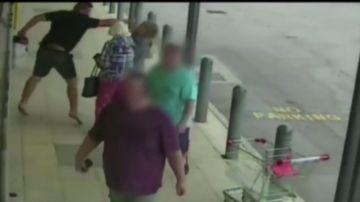 Brutal agresión en la calle: un hombre propina un puñetazo y una patada a una mujer que paseaba con su abuela