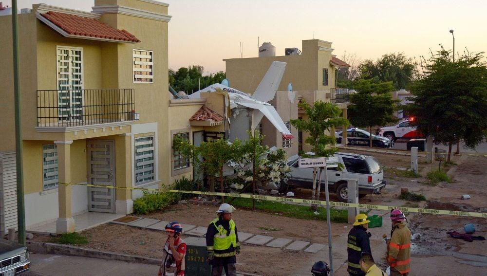 Miembros del cuerpo de Bomberos inspeccionan la zona del accidente