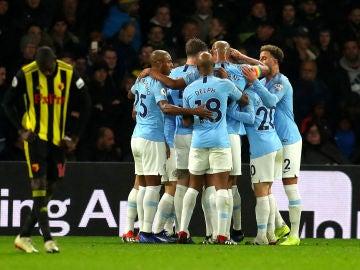 Los futbolistas del Manchester CIty celebran el gol