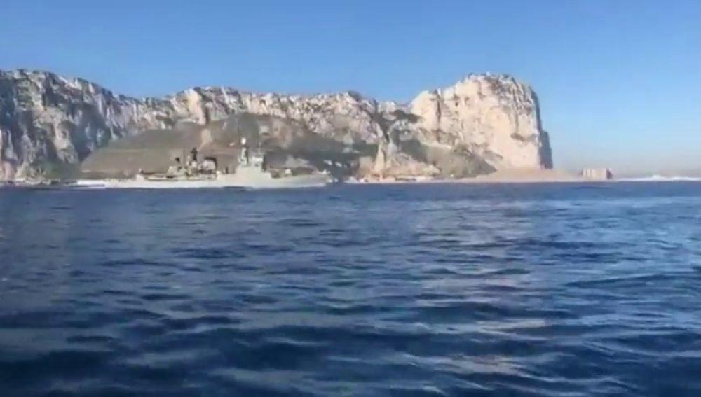 Un barco de la Armada española pone el himno español a todo volumen al pasar por Gibraltar