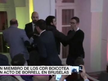 Un miembro de los CDR boicotea un acto de Josep Borrell
