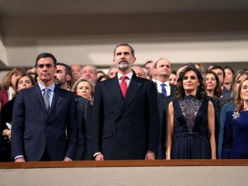 Los reyes Felipe y Letizia junto al presidente del Gobierno, Pedro Sánchez