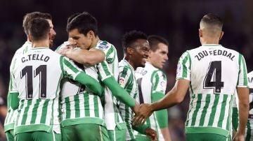 Los futbolistas del Betis se felicitan tras el gol