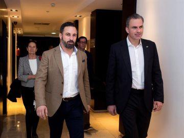 El líder de Vox, Santiago Abascal, acompañado por el secretario general del partido, Javier Ortega