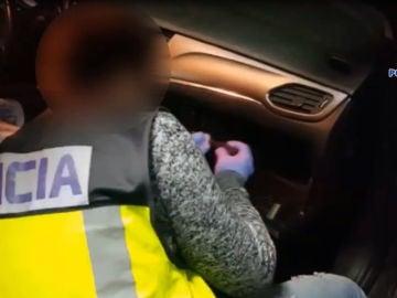Un agente de la Policía Nacional de Elche abre el compartimento de un coche en el que se oculta droga