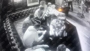 Varios jugadores del Arsenal en el Tape Club de Londres consumiendo 'hippy crack'