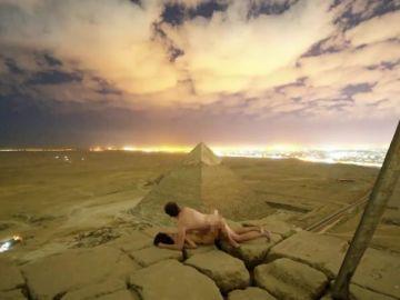 El vídeo de una pareja desnuda en la cima de una pirámide de Guiza indigna a Egipto