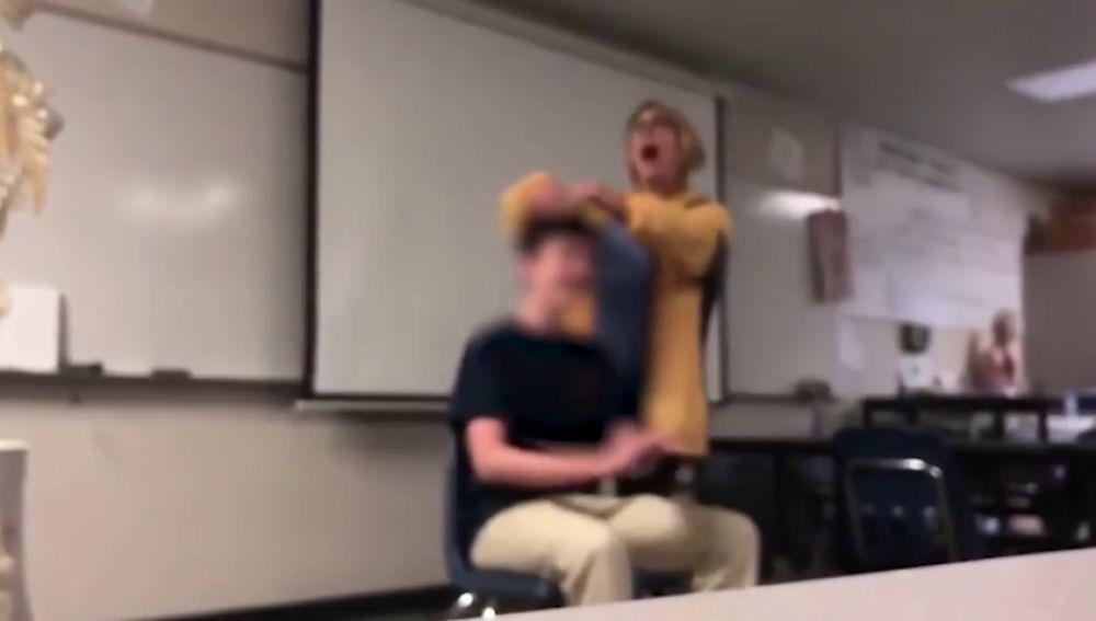Detienen A Una Profesora Por Cortar El Pelo A Sus Alumnos En Clase
