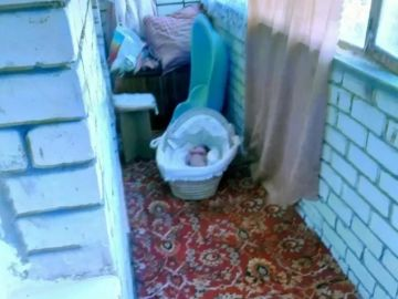Imagen de una bebé de tres meses en un balcón de Rusia