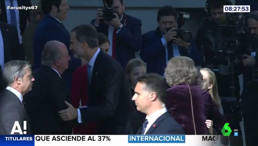"""Lo que """"encierra"""" el abrazo de la reina Sofía y la princesa Leonor en el 40 aniversario de la Constitución"""