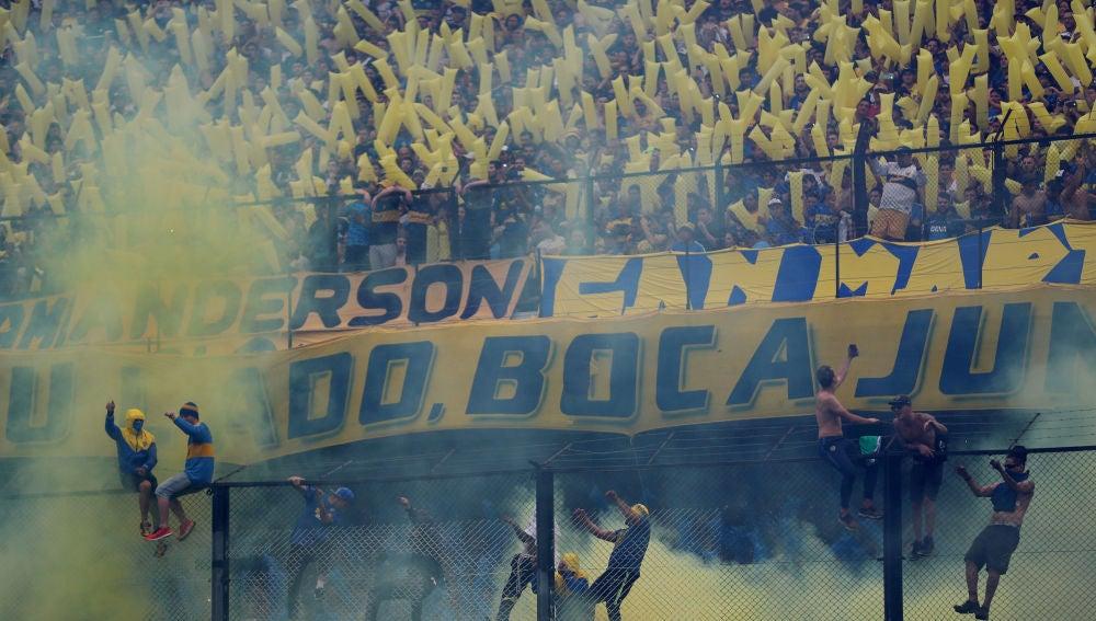 Aficionados de Boca Juniors animan a su equipo