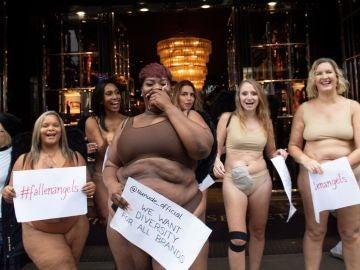 Un grupo de mujeres protesta en una tienda de Victoria's Secret en Londres