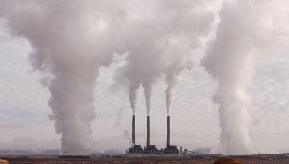 Imagen de archivo de varias chimeneas contaminantes