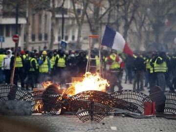 Protestas cerca de los Campos Elíseos de París