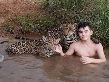 El joven Tiago posando con dos jaguares