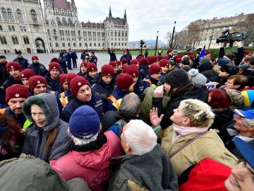 Aspecto de la manifestación que ha concentrado este sábado a miles de húngaros frente al Parlamento en Budapest
