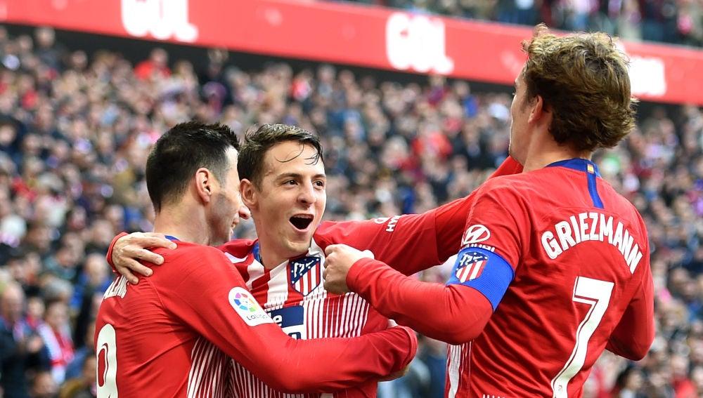 Kalinic, Arias y Griezmann celebran el gol del Atlético