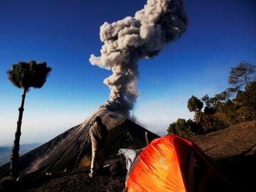 Volcán Acatenango columna de humo