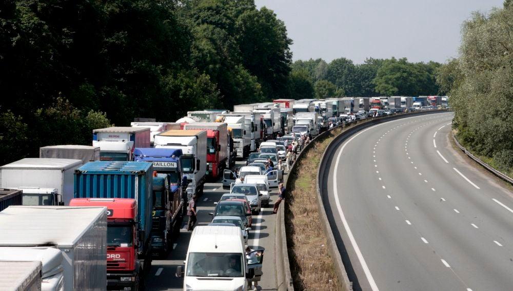 Imagen de archivo de una retención provocada por un grupo de camioneros franceses