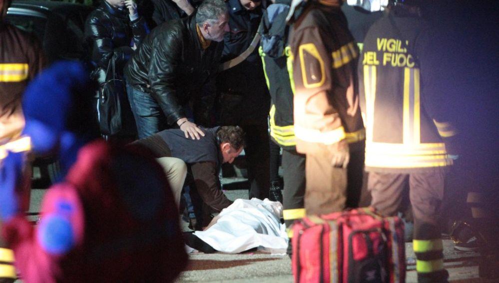 Personal de los servicios de emergencia atendían a un herido en la estampida registrada en una discoteca en Corinaldo