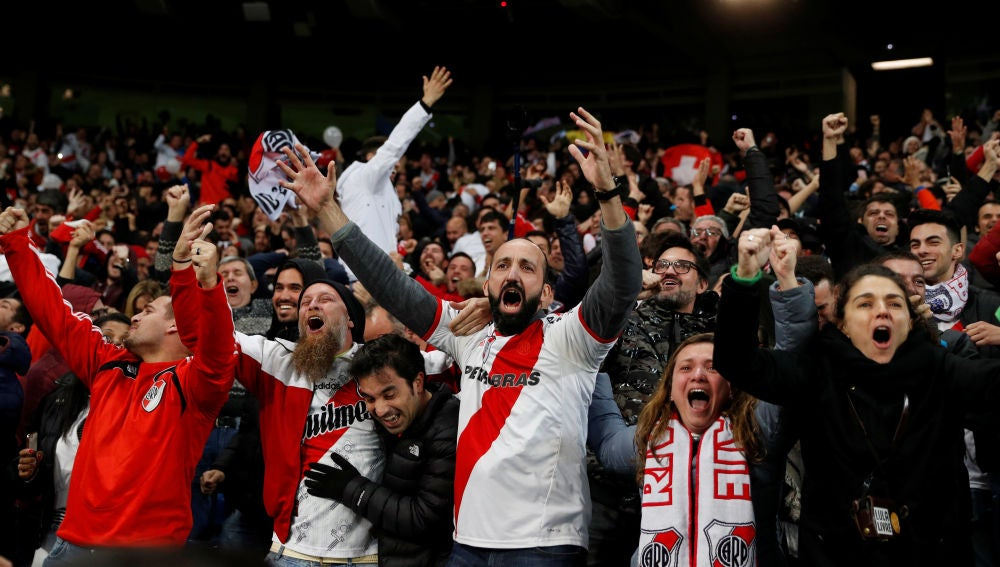 Aficionados de River Plate celebran el triunfo en el Santiago Bernabéu
