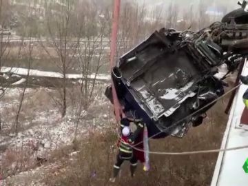 Imagen del camión a punto de caer en China