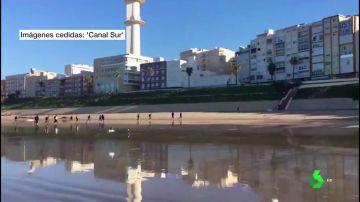 Una patera con 30 personas llega a Cádiz