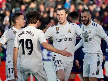 Los jugadores del Madrid felicitan a Gareth Bale tras el gol del galés