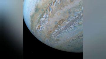 La superficie de Júpiter nos deja bonitas imágenes de delfines nadando