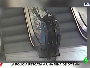 La rapidez de un hombre salva a un niño que estaba a punto de ser succionado por una escalera mecánica