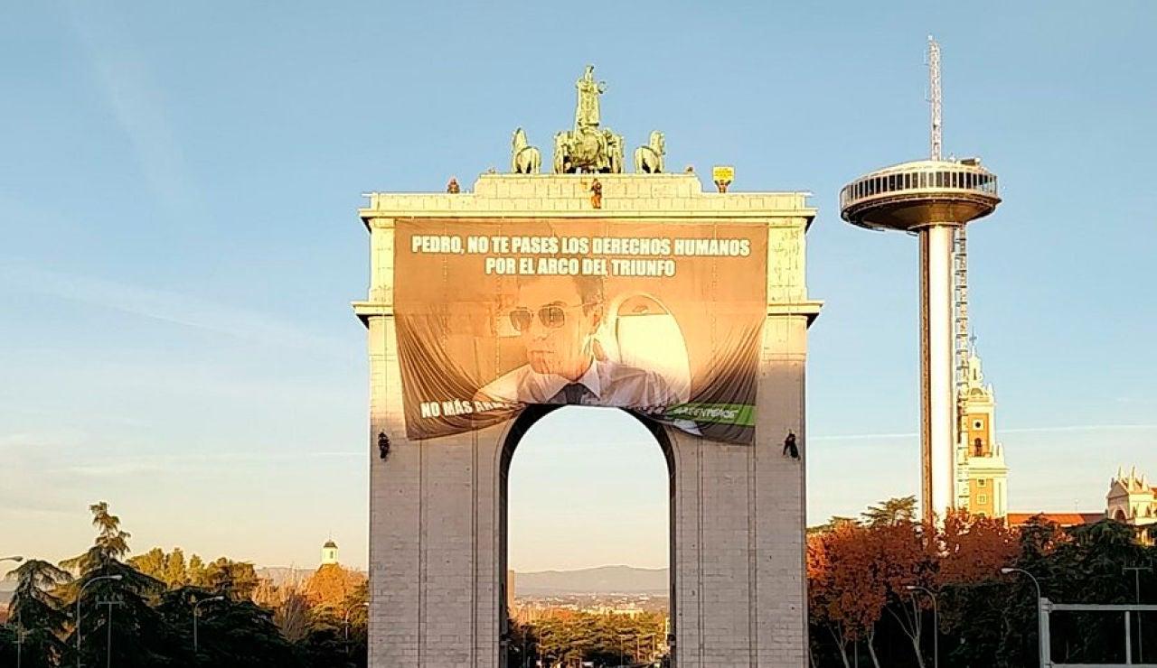 El mensaje que Greenpeace le ha colgado a Pedro Sánchez en el Arco del Triunfo de Madrid